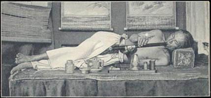 Fumeur Opium allumant pipe