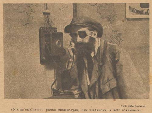 Judex porte le chapeau et surtout la superbe cape noire dessinée par Louis Feuillade